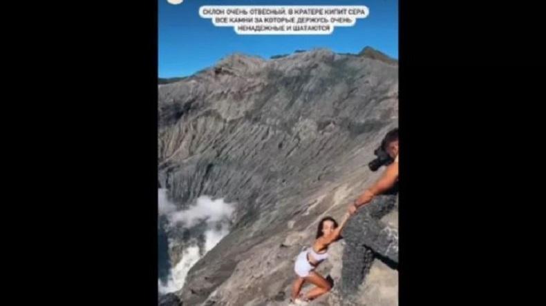 Turis Asing Nekat Terobos Pagar Batas Kawah Gunung Bromo, Diduga Cari Perhatian Warganet