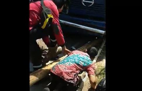 Ajaib, Pemotor di Makassar Selamat Ditabrak Truk Kontainer Hingga Masuk Kolong