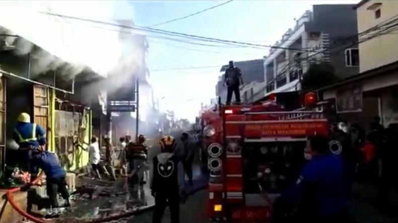 3 Ruko di Makassar Terbakar, 9 Unit Mobil Damkar Dikerahkan