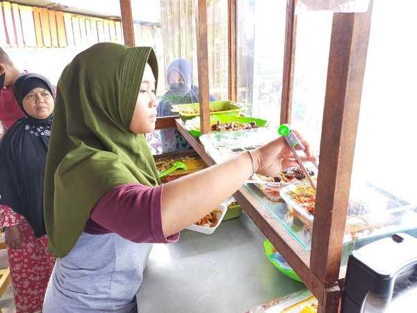 Unik, Nasi Padang Harga Rp5.000 Seporsi di Ulak Karang