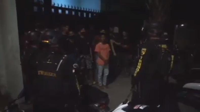 Pesta Miras, Belasan Remaja Kocar-Kacir Masuk Rumah Warga saat Dikejar Polisi