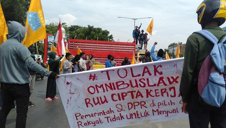 Tolak Omnibus Law, Mahasiswa Sandera Truk yang Melintas dan Blokade Trans Sulawesi