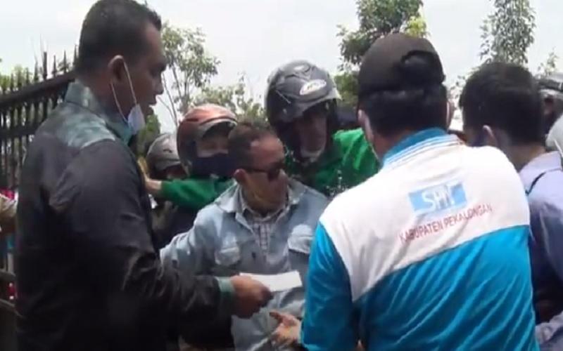 Heboh Anggota DPRD Pekalongan Bagi-Bagi Uang saat Aksi Demo Buruh