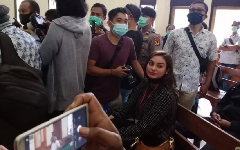 Nora Alexandra Hadiri Persidangan Offline Jerinx di PN Denpasar