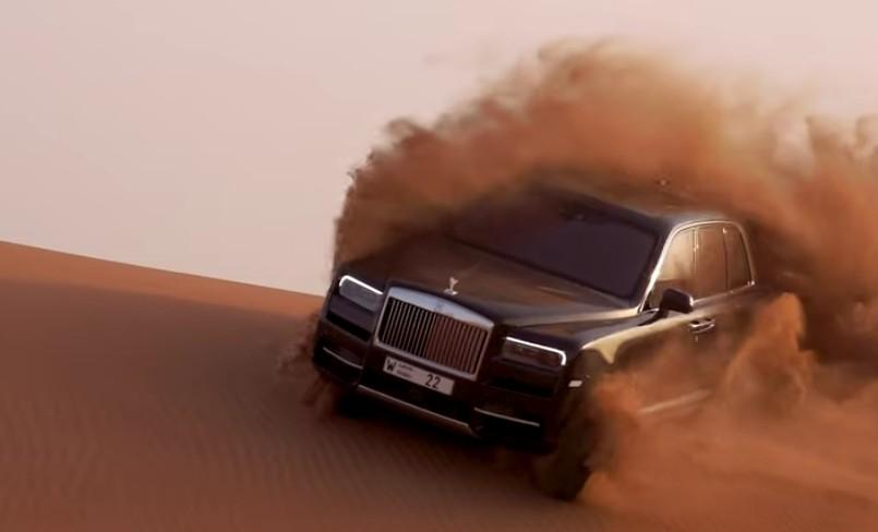 Ide Gila, Mobil Para Sultan Rolls-Royce Cullinan Dipakai Ngedrift di Padang Pasir