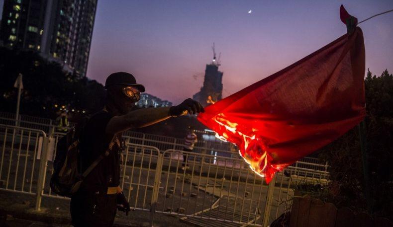 China Sahkan UU Pelecehan Bendera Setahun Setelah Demonstrasi Hong Kong