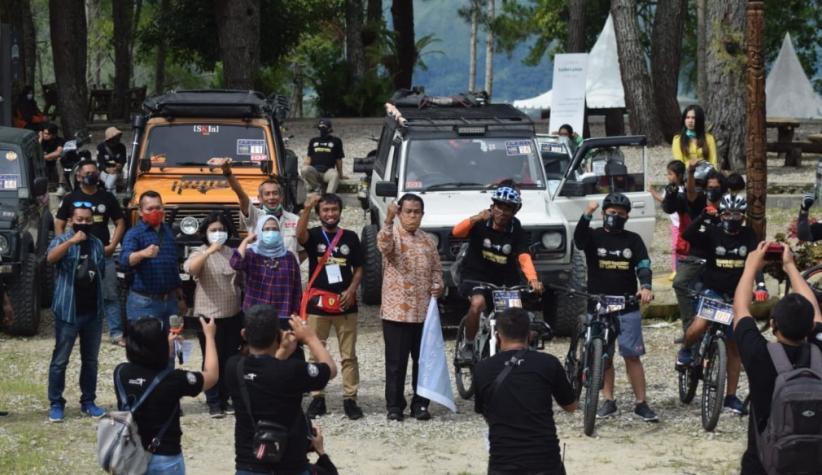 Komunitas Vespa dan Jeep Tuntaskan Touring Jelajahi Danau Toba