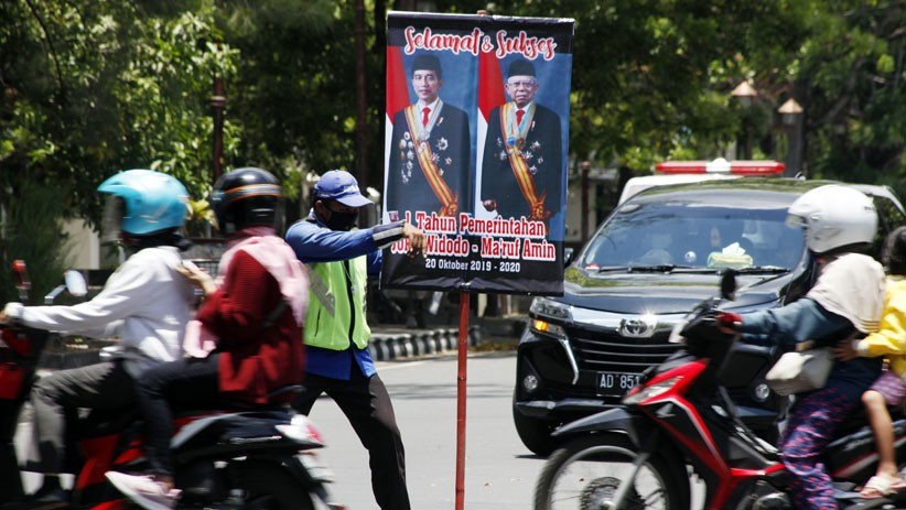 Apresiasi Kinerja Jokowi-Ma'ruf Amin, Relawan Pajang Foto Sambil Atur Lalu Lintas
