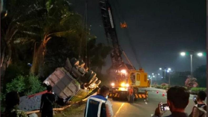 Kecelakaan Truk Terbalik di Tol Kapuk Arah Bandara Soekarno-Hatta