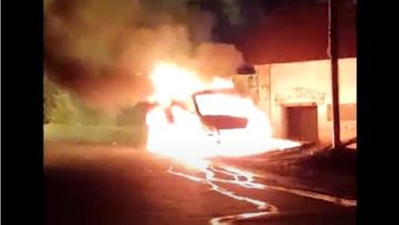Geger, Mobil Boks Bawa Sembako di Sidoarjo Terbakar di Pinggir Jalan