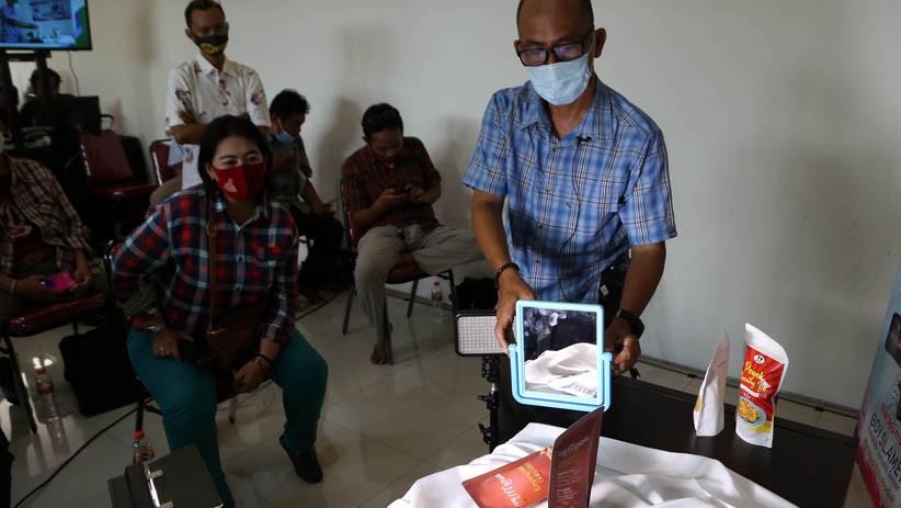 Fotografer Senior Jawa Timur Ini Bagikan Ilmu Memotret Produk kepada Pelaku UMKM - Bagian 2