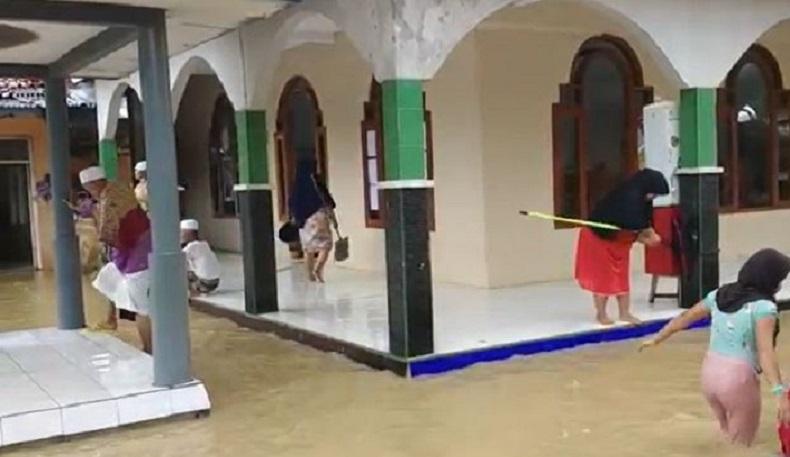 Pascabanjir, Warga Cianjur Bersihkan Masjid dan Rumah