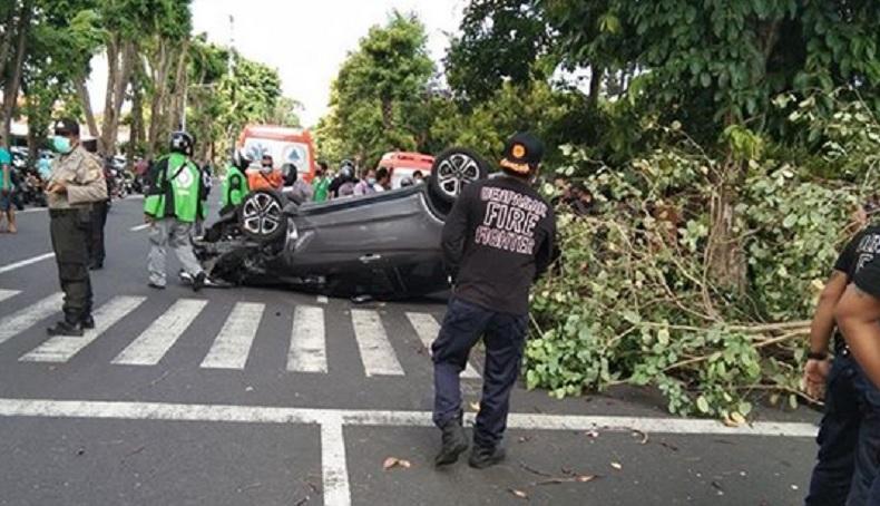 Mobil Tabrak Pohon hingga Terguling di Denpasar, 2 Pengendara Selamat