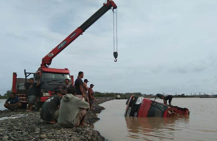Terjebak Banjir Sungai Progo, Truk Pasir Terguling di Kulonprogo