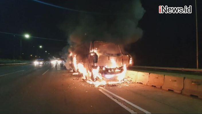 Bus Sarat Penumpang Tabrak Belakang Truk Semen, 20 Orang Tewas Terbakar