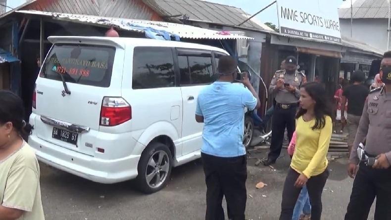 Sopir Tidur sambil Berkendara, Mobil Hotel di Padang Tabrak Rumah Warga