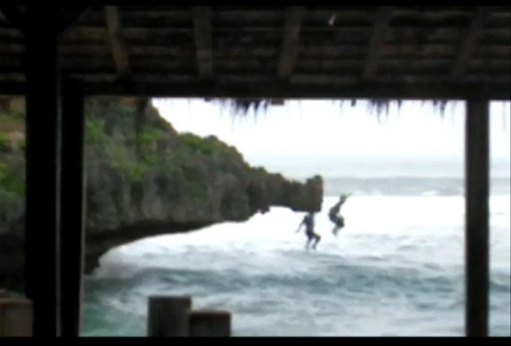 Video Viral Dua Wisatawan Nekat Melompat dari Tebing ke Laut di Pantai Ngandong