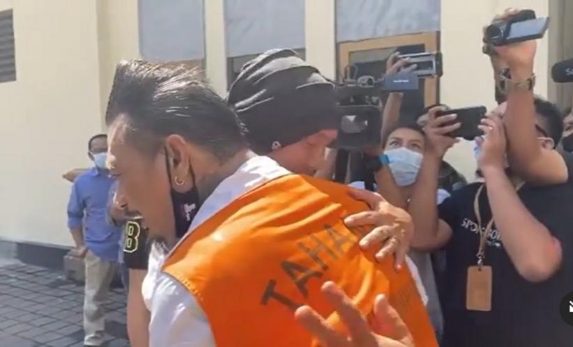 Anji Peluk Erat Jerinx yang Divonis 1 Tahun 2 Bulan Penjara, Wartawan Berebut Abadikan Foto