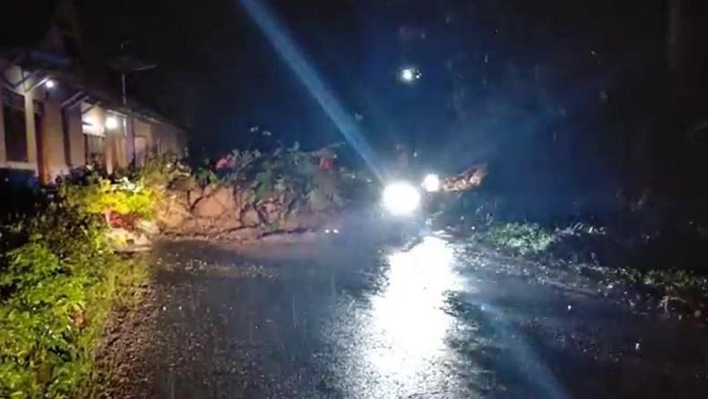 Hujan Deras, Jalan Nasional Penghubung Padang Pariaman Menuju Kota Pariaman Tertimbun Longsor