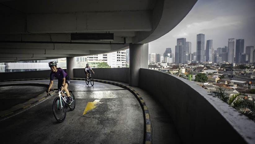 Bersepeda Keliling Gedung Parkir Pusat Perbelanjaan Jakarta