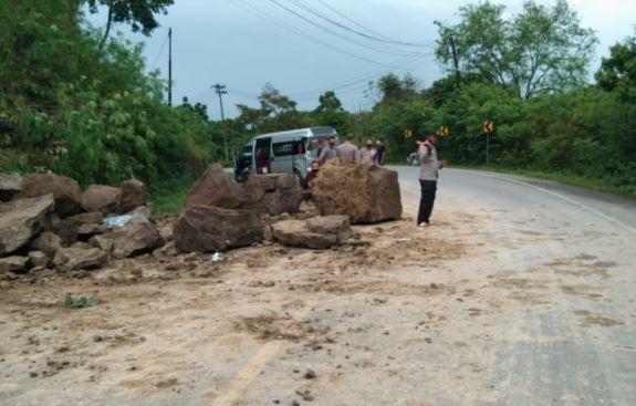 Longsor di Jalan Banda Aceh, Mobil HiAce Ringsek Tertimpa Bongkahan Batu