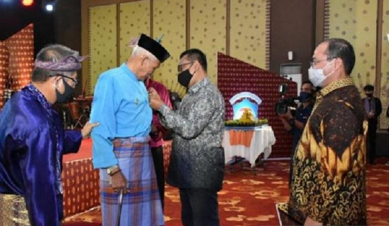 Lestarikan Budaya Melayu, Budayawan Babel Datuk Ibnu Hadjar Raih Penghargaan Kemendikbud