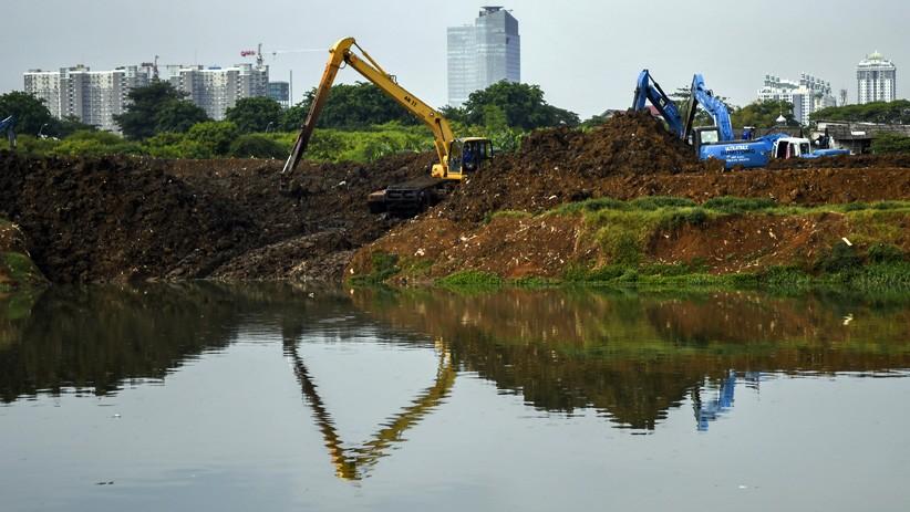 Antisipasi Banjir Jakarta, Lumpur Waduk Ria Rio Dikeruk