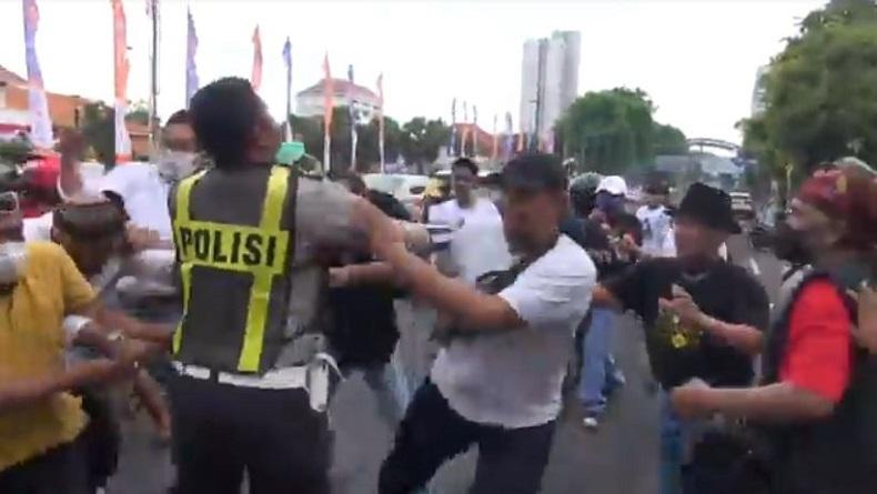 Ricuh, Massa Pendemo Habib Rizieq dan Pendukung di Surabaya Baku Hantam di Taman Apsari