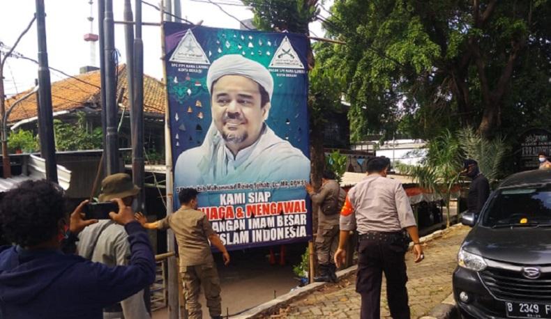 Satpol PP Copot 26 Spanduk Bergambar Habib Rizieq di Bekasi