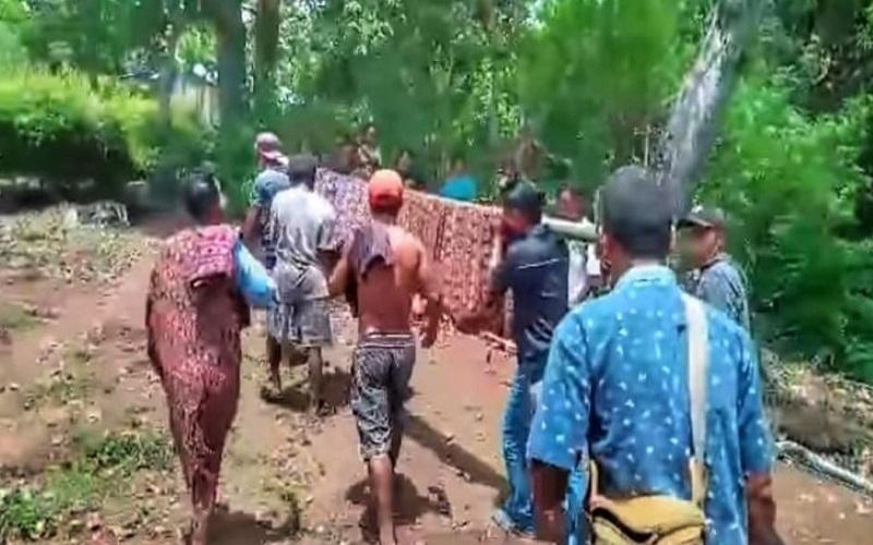 Video Viral Pasien di Sikka Ditandu Warga Pakai Sarung Menuju Puskesmas