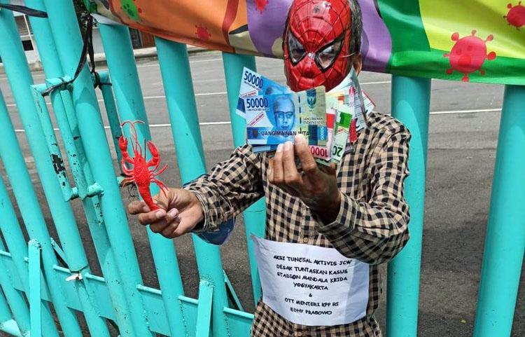 Desak Penuntasan Korupsi Stadion Mandala Krida, Aktivis JCW Bertopeng Super Hero