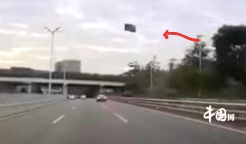 Horor, Atap Mobil Tesla Tiba-Tiba Terbang saat Melaju di Jalan Tol