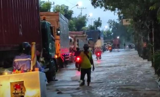 Banjir Rendam Jalinsum Pematangsiantar-Medan, Arus Lalu Lintas Lumpuh Total