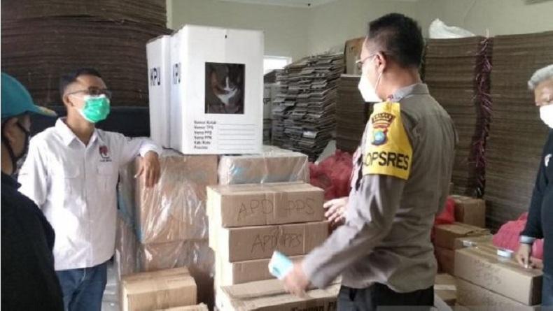 Kapal Angkut Logistik Pilkada Bintan Dihantam Gelombang Tinggi di Perairan Marapas