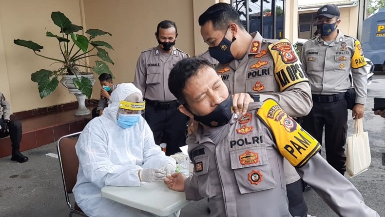Lucu, Polisi di Tasikmalaya Takut Jarum saat Rapid Test Terpaksa Dipegangi Kapolres