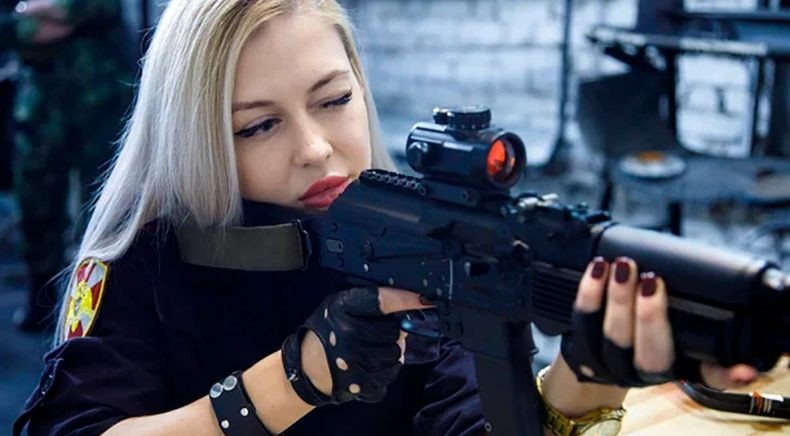 Perempuan Cantik Anggota Pasukan Garda Nasional Rusia Ini Dipecat, kok Bisa?