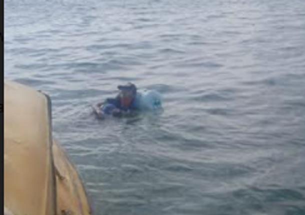 Tak Punya Uang, Pemuda Ini Nekat Berenang Pakai Galon Air dari Teluk Balikpapan ke Jawa