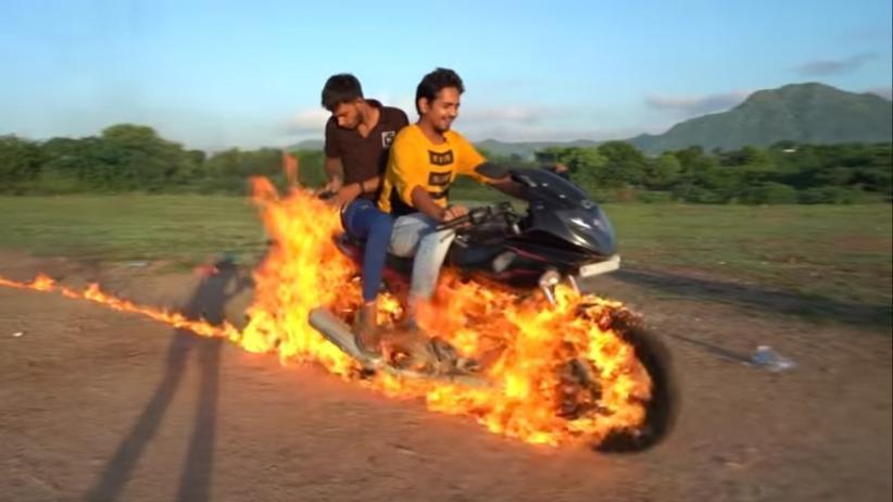 Terinspirasi Ghost Rider, YouTuber Ini Nekat Kendarai Motor dengan Kondisi Ban Terbakar