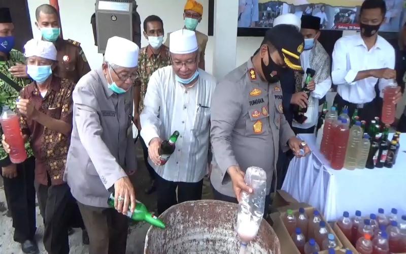 Polisi hingga Tokoh Lintas Agama Musnahkan Ribuan Liter Miras Hasil Sitaan