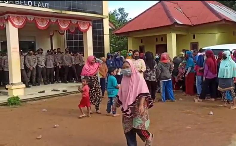 Kepung Kantor Kepala Desa, Nelayan di Bangka Barat Protes Kehadiran Kapal Timah