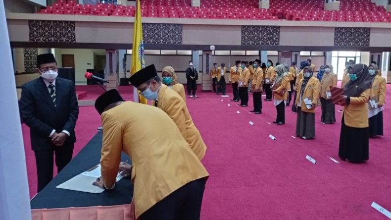 Universitas Negeri Padang Lantik 57 Pejabat Fungsional