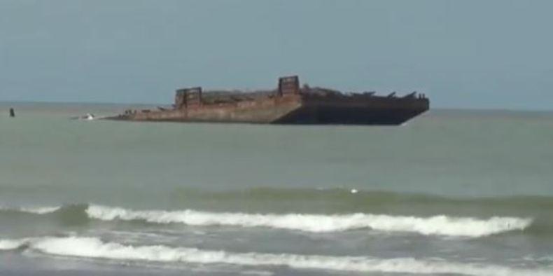 Cuaca Buruk, Kapal Tongkang Kandas di Pesisir Pantai Sigandu Batang