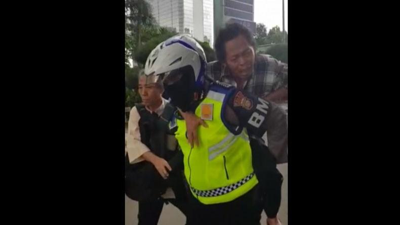 Viral Aksi Heroik Polisi Gendong Penumpang Transjakarta yang Terkena Serangan Jantung