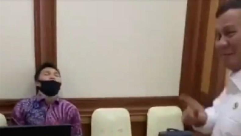 Viral Video Aksi Jail Prabowo terhadap Staf yang Tidur Pulas