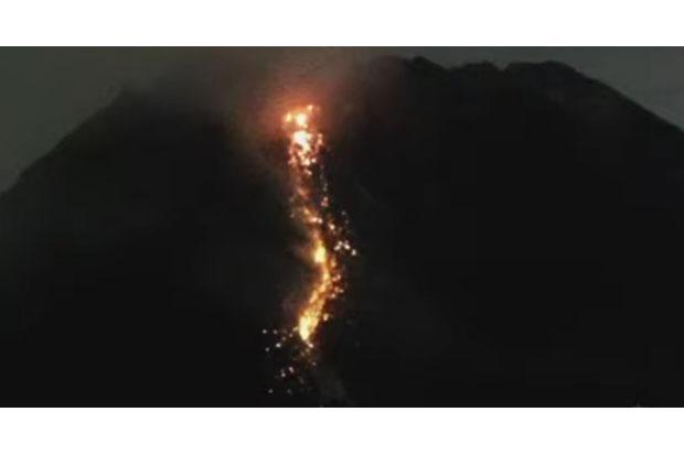 Siang Ini, Merapi Kembali Keluarkan Guguran Lava Pijar Dua Kali Ke Arah Kali Krasak