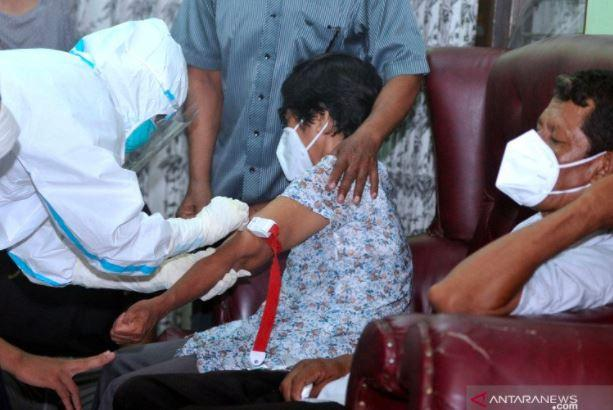Pandemi Covid, Tim DVI Polda Bali Ambil Sampel DNA Keluarga Pramugari Sriwijaya Air di Rumah