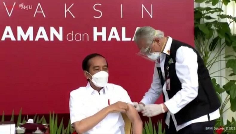 Tenaga Medis Suntik Tangan Kiri Presiden Jokowi dengan Vaksin Covid