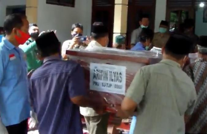Jenazah Arifin Korban Sriwijaya Air Dimakamkan di Kebumen, Orang Tua Pingsan
