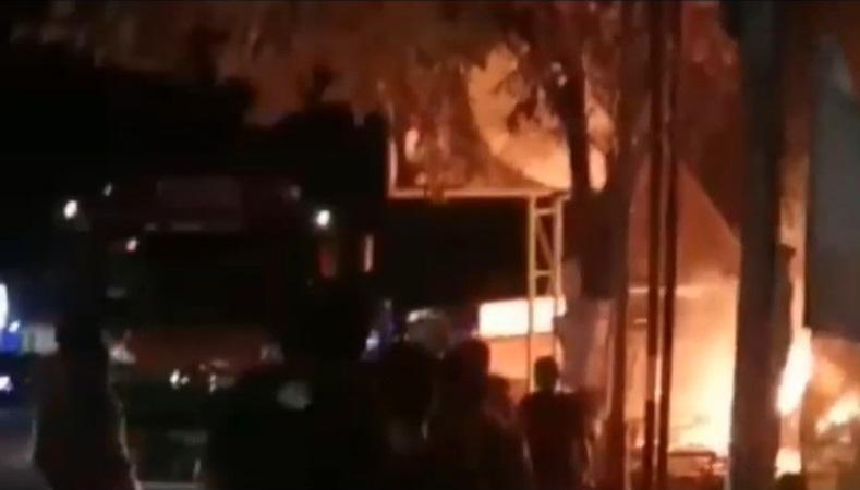 2 Ruko Terbakar, Arus Lalu Lintas di Jalan Solo-Semarang Macet