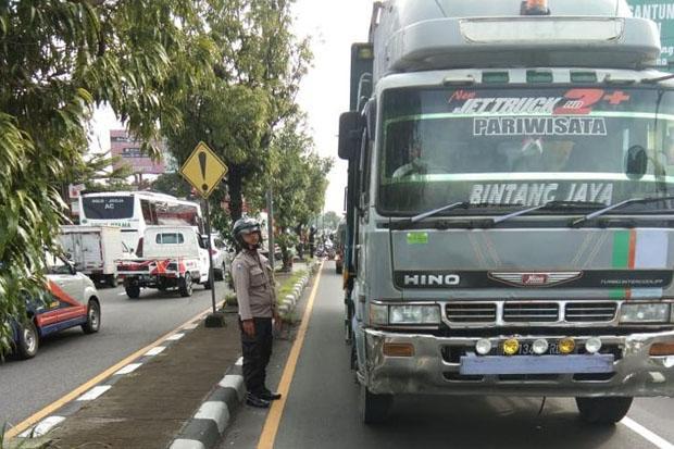 Ditabrak Truk saat Menyebrang Jalan, Pengendara Motor Meninggal di Tempat